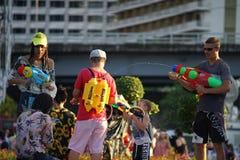 Det thailändska folket och utlänningen firar songkhran tillsammans Arkivbild