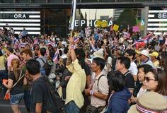 Det thailändska folket protesterar mot korruption av den Thaksin regeringen på centralt Siam område Royaltyfria Bilder