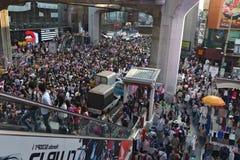 Det thailändska folket protesterar mot korruption av den Thaksin regeringen på centralt Siam område Royaltyfri Foto