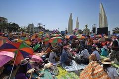 Det thailändska folket protesterar mot korruption av den Thaksin regeringen på demokratimonumentområde Fotografering för Bildbyråer