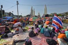 Det thailändska folket protesterar mot korruption av den Thaksin regeringen på demokratimonumentområde Royaltyfri Foto