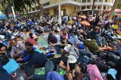 Det thailändska folket protesterar mot korruption av den Thaksin regeringen på demokratimonumentområde Arkivfoto