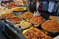 Det thailändska folket reser och shoppingmat på Don Wai Floating Market Royaltyfria Foton