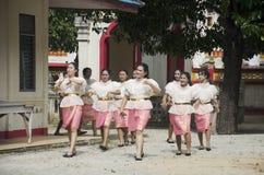 Det thailändska folket sammanfogar i traditionella processions- stearinljus för Asalha Royaltyfri Bild