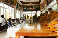 Det thailändska folket sammanfogar med dödsdag eller död ritual 100 för merit 100 Royaltyfria Bilder