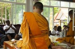 Det thailändska folket sammanfogar med dödsdag eller död ritual 100 för merit 100 Royaltyfri Foto