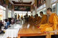 Det thailändska folket sammanfogar med dödsdag eller död ritual 100 för merit 100 Arkivfoton
