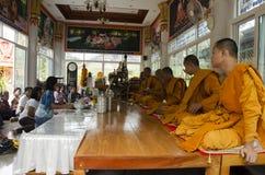 Det thailändska folket sammanfogar med dödsdag eller död ritual 100 för merit 100 Arkivfoto