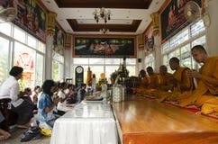 Det thailändska folket sammanfogar med dödsdag eller död ritual 100 för merit 100 Royaltyfri Fotografi