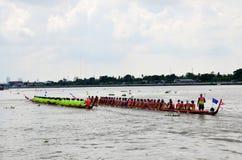 Det thailändska folket sammanfogar med det långa fartyget Racing Royaltyfri Fotografi