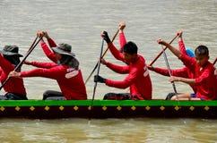 Det thailändska folket sammanfogar med det långa fartyget Racing Arkivbild