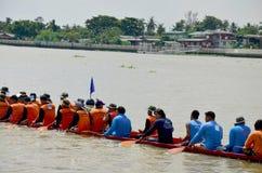 Det thailändska folket sammanfogar med det långa fartyget Racing Fotografering för Bildbyråer
