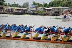Det thailändska folket sammanfogar med det långa fartyget Racing Arkivfoton