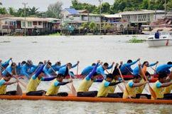 Det thailändska folket sammanfogar med det långa fartyget Racing Royaltyfria Foton