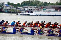 Det thailändska folket sammanfogar med det långa fartyget Racing Arkivfoto