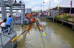 Det thailändska folket sammanfogar med det långa fartyget Racing Royaltyfri Bild