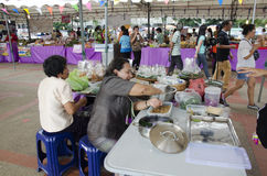 Det thailändska folket som lagar mat thai kokkonst som kallas Chor Muang, är den thai kungliga personen Royaltyfri Fotografi