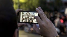 Det thailändska folket tar bilden vid mobiltelefonen i hedersgåva för att göra till kung Rama IX på templet av Emerald Buddha Royaltyfri Bild