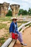 Det thailändska kvinnafolket reser och posera skyttefotoet med Mor Hin Fotografering för Bildbyråer