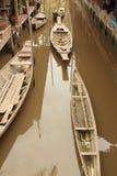 Det thailändska traditionella träfartyget på kanalen föreställde traditionell livstil Royaltyfria Foton