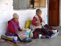 Det tibetana folket väver mattor i den Tashi Ling byn, Pokhara, Nepal Royaltyfri Foto