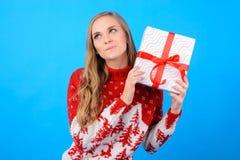 Det tid för ` s för att ge gåvor till alla! Din lyckliga gulliga flicka royaltyfria bilder