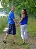 det tillbaka paret hands att se för holding Royaltyfri Fotografi