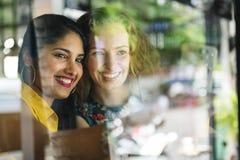 Det tillfälliga kafét för kvinnlighetbindningfrunch umgås arkivfoton