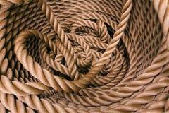 Det tjocka bruna repet rullade in i en rulle arkivbild
