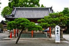 Härlig japan purificationspringbrunn i en mycket liten byggnad i Kyoto Fotografering för Bildbyråer