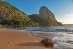 Det tomma berget för strandPraia Vermelha och Sugarloaf på bakgrunden royaltyfria foton