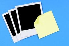 Det tomma fotoet skrivar ut med den gula klibbiga anmärkningen (XL) Arkivbild