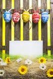 Det tomma kortet för staket för bakgrund för konstpåskägget fjädrar blommaägg royaltyfria foton