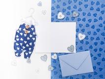 Det tomma kortet, packar in och overaller på pappers- bakgrund Lekmanna- lägenhet Royaltyfri Bild