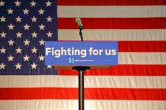Det tomma podiet läser 'stridighet för USA' på Hillary Clinton Rally på Arkivfoto