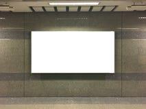 Det tomma tecknet på offentlig sida går Arkivfoto