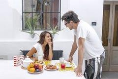 Det tonårs- paret har frukosten hemma Arkivfoton