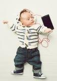 Det tonade fotoet av behandla som ett barn lyssnande musik för pojke med hörlurar Royaltyfria Bilder