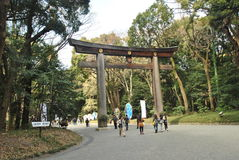 Det Torii portanseendet på ingången till Meiji Jingu Shrine Royaltyfria Foton
