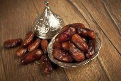 Det torkade datumet gömma i handflatan frukter eller kurmaen, ramadan (ramazan) mat arkivbild