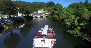 Det Touristic fartyget svävar på floden i Brantome lager videofilmer