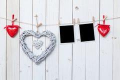 Det trälantliga dekorativa hjärtor och fotoet inramar att hänga på vinta Royaltyfria Foton
