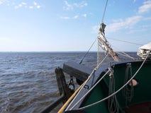 Det träsegla skeppet är på havet Detaljer och närbild soligt väder arkivfoton