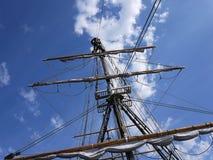 Det träsegla skeppet är på havet Detaljer och närbild soligt väder royaltyfri foto