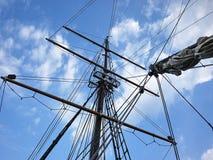 Det träsegla skeppet är på havet Detaljer och närbild soligt väder fotografering för bildbyråer