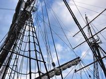 Det träsegla skeppet är på havet Detaljer och närbild soligt väder royaltyfria foton