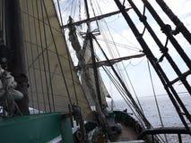 Det träsegla skeppet är på havet Detaljer och närbild soligt väder royaltyfri bild
