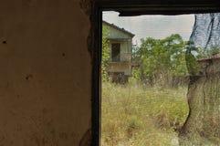 Det trådda fönstret övergav huset royaltyfri foto