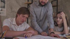 Det trötta framstickandet lyssnar till rapporten på arbetet på teckningarna, ultrarapid arkivfilmer