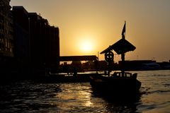 Det traditionella Abra fartyget i Dubai Creek Arkivfoto